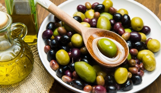 olives in bowl with olive oil